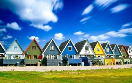 Farvede huse med blå himmel