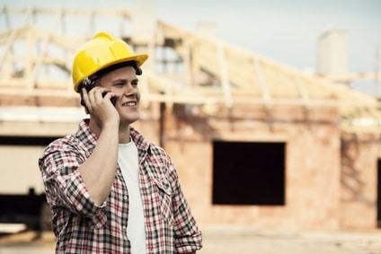 Håndværker der taler i mobil
