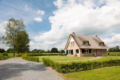 Stråtag hus med grøn have